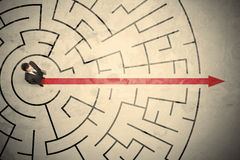 Bedrijfspersoon die zich in het midden van een cirkellabyrint bevinden Stock Afbeeldingen