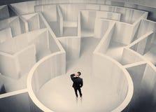 Bedrijfspersoon die zich in labyrintcentrum bevinden Stock Foto