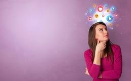 Bedrijfspersoon die zich met sociaal media concept bevinden stock fotografie