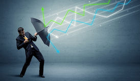 Bedrijfspersoon met paraplu en effectenbeurspijlenconcept royalty-vrije stock fotografie