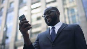Bedrijfspersoon tevreden met het werk van toepassing in smartphone, online bankwezen stock footage