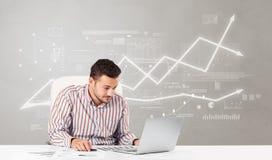 Bedrijfspersoonszitting bij bureau met financieel veranderingsconcept royalty-vrije stock afbeelding