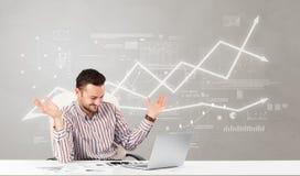 Bedrijfspersoonszitting bij bureau met financieel veranderingsconcept royalty-vrije stock afbeeldingen
