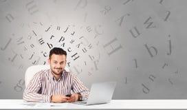 Bedrijfspersoonszitting bij bureau met redactieconcept royalty-vrije stock fotografie