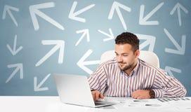 Bedrijfspersoonszitting bij bureau met richtingsconcept royalty-vrije stock foto