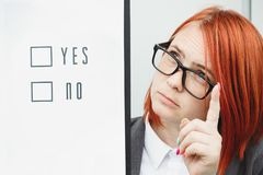 Bedrijfspolitiekconcept keus en stemming Vrouw in kostuum stock fotografie