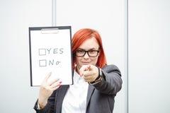 Bedrijfspolitiekconcept keus en stemming Vrouw in kostuum royalty-vrije stock foto's