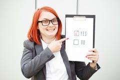 Bedrijfspolitiekconcept keus en stemming Vrouw in kostuum stock foto