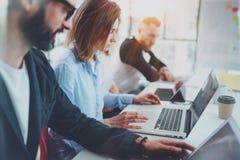 Bedrijfsprojectteam die bij zonnige vergaderzaal op kantoor samenwerken Het concept van het brainstormingsproces horizontaal vaag royalty-vrije stock afbeeldingen