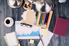 Bedrijfsrapport en kantoorbehoeftenpunten Royalty-vrije Stock Foto's