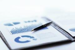 Bedrijfsrapport met de de financiële en marketing programma's en zakenman van de handvatwerkplaats stock afbeeldingen