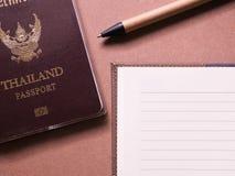 Bedrijfsreeks van het paspoort en het notitieboekje van Thailand met kleverige nota in het notitieboekje van de conceptenreis Stock Fotografie
