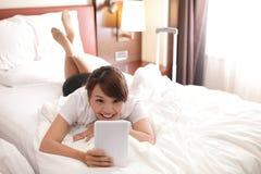 Bedrijfsreisvrouw met digitale tablet Stock Foto's