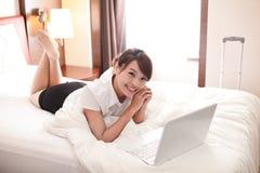 Bedrijfsreisvrouw met laptop Royalty-vrije Stock Afbeelding