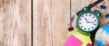 Bedrijfsschooltoebehoren, levering, potloden op rustieke houten lijst Stock Afbeelding