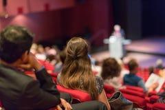 Bedrijfsspreker die een bespreking in conferentiezaal geven Royalty-vrije Stock Fotografie