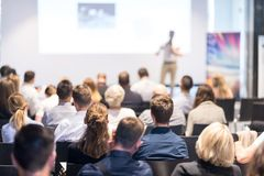 Bedrijfsspreker die een bespreking geven bij bedrijfsconferentiegebeurtenis stock fotografie