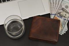 Bedrijfsstilleven met een een een laptop toetsenbord, geld, portefeuille en a royalty-vrije stock foto