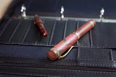 Bedrijfsstilleven met pennen en een omslag Stock Foto
