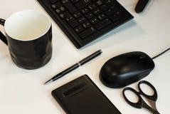 Bedrijfsstilleven: toetsenbord, muis, pen, schaar, calculator en kop royalty-vrije stock foto's