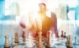 Bedrijfstactiek met schaakspel en zakenlieden dat in bureau samenwerken Concept groepswerk, vennootschap en stock afbeeldingen