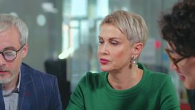 Bedrijfstafmedewerker die met haar werknemers bespreken stock video