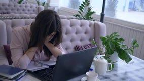 Bedrijfsuiterste termijn, gebruikt het overwerkte meisje moderne computertechnologie tijdens verre bedrijfseconomie en maakt binn stock video