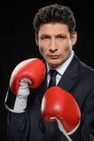 Bedrijfsvechter. Portret van zekere zakenman in rode boxin royalty-vrije stock fotografie