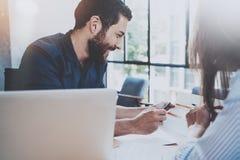 bedrijfsvennootschapconcept Spaanse jonge zakenman die met bedrijfsvrouw op zonnig kantoor werken Vage achtergrond Stock Fotografie