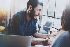 bedrijfsvennootschapconcept Spaanse jonge zakenman die met bedrijfsvrouw op zonnig kantoor werken Vage achtergrond Stock Afbeeldingen