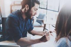 bedrijfsvennootschapconcept Spaanse jonge zakenman die met bedrijfsvrouw op zonnig kantoor werken Vage achtergrond Stock Foto