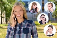 Bedrijfsvennootschapconcept - vrouw die telefonisch in de herfst roepen Stock Foto's