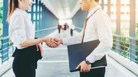 Bedrijfsvennootschaphandenschudden na in openlucht het slaan van overeenkomst bij royalty-vrije stock foto