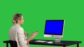Bedrijfsvideogesprek, onderneemster die videoconferentie op het Groen Scherm hebben, Chromasleutel Blue Screen-Prototypevertoning stock footage