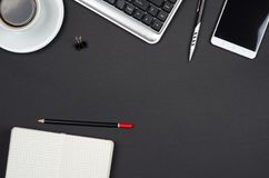 Bedrijfsvoorwerpen op een zwart bureau Royalty-vrije Stock Foto