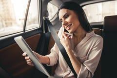 Bedrijfsvrouw in auto stock fotografie