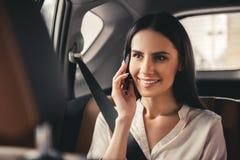 Bedrijfsvrouw in auto stock afbeelding