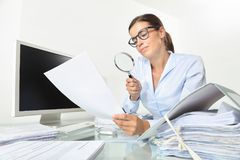 Bedrijfsvrouw in de documenten en de contracten van de bureaucontrole met mag royalty-vrije stock foto