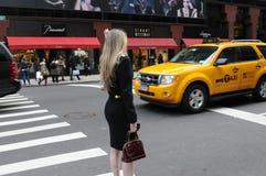 Bedrijfsvrouw in de Stad van New York Stock Foto's