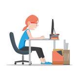 Bedrijfsvrouw die aan bureau werken Stock Afbeelding