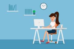 Bedrijfsvrouw die aan computer en koffie in document kop, vlakke ontwerpstijl werken Stock Fotografie