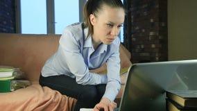 Bedrijfsvrouw die aan een grijze computer werken stock videobeelden