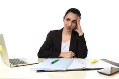 Bedrijfsvrouw die aan laptop op kantoor in spanning werken die aan intense hoofdpijnmigraine lijden Stock Fotografie