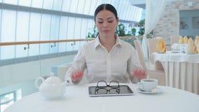 Bedrijfsvrouw die aan lijstpc werken stock video