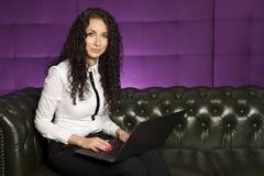 Bedrijfsvrouw die aan tablet werken Royalty-vrije Stock Fotografie
