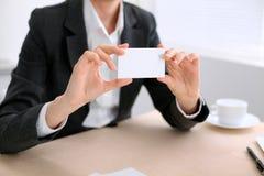 Bedrijfsvrouw die bezoekkaart geven Stock Foto