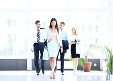 Bedrijfsvrouw die in bureau lopen Royalty-vrije Stock Afbeeldingen