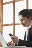 Bedrijfsvrouw die Cellphone gebruiken royalty-vrije stock afbeeldingen