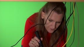 Bedrijfsvrouw die computer met flitslicht in het kader van lijst proberen te herstellen stock videobeelden