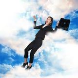 Bedrijfsvrouw die in de hemel vliegen Stock Foto's